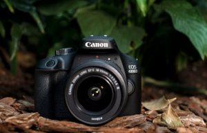 Canon Appareil Photo Reflex EOS 4000D 18-55-3011C003AA-    Racontez des histoires distinctives avec votre photographie ce reflex numérique pour débutant avec objectif EF-S 18-55mm f/3.5-5.6 III crée intuitivement des photos remarquables etFull HDdes films pleins de couleurs et de détails - offrant un contrôle photographique manuel partiel et complet. Le 18 mégapixelsAPS-CLe capteur vous permet de photographier dans des conditions de faible luminosité, en exprimant votre créativité avec des objectifs interchangeables. Pointez et tirez avecScène Intelligente Auto et partagez vos histoires en utilisant le Wi-Fi¹ de l'EOS 4000D avec l'application et Camera Connect.